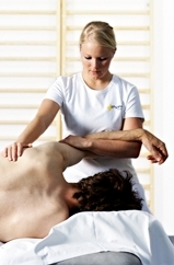 Physiotherapeutin mit Patient